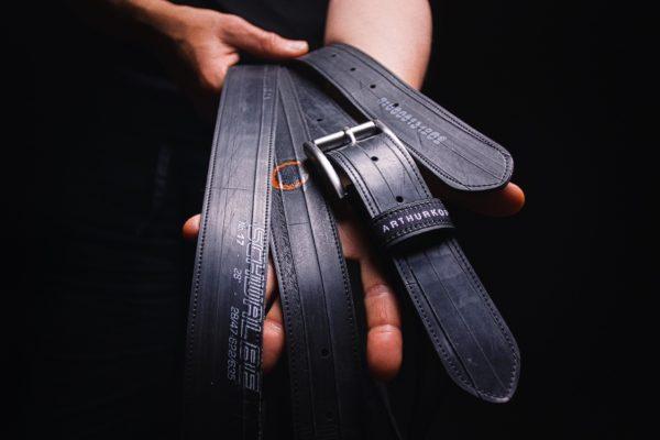 Mehrere Gürtel aus Fahrradschlauch von ARTHURKOPF vor schwarzem Hintergrund