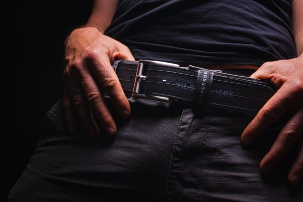 ARTHURKOPF Gürtel aus Fahrradschlauch in Hose mit lässigen Händen